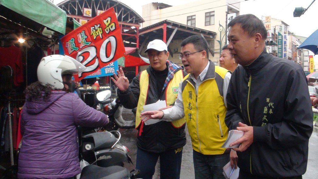 簡文桓(右一)及救國團大林團委會志工們到菜市場宣導拒吃檳榔遠離口腔癌。記者謝恩得...