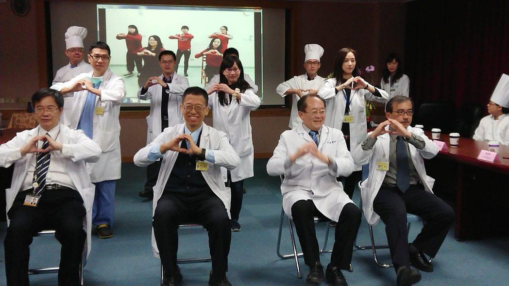 高雄榮總復健科設計「守心操」,由心臟科和復健科醫師親身上場示範,讓不能劇烈運動的...