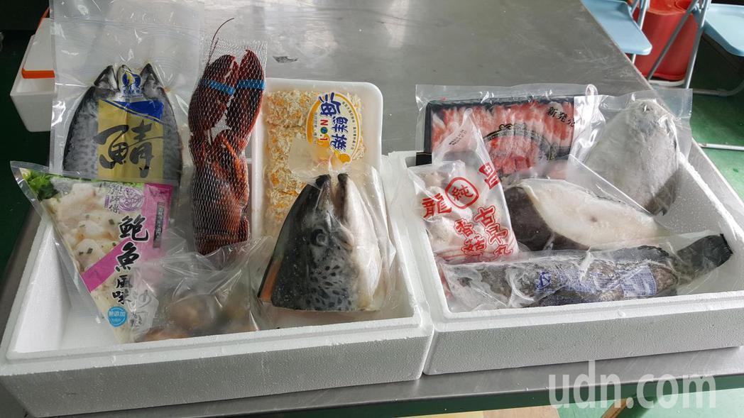 苗栗縣通苑區漁會今年首度推出「海鮮大福袋」供鄉親預購,有龍蝦、鮑魚、鱈魚、白鯧、...