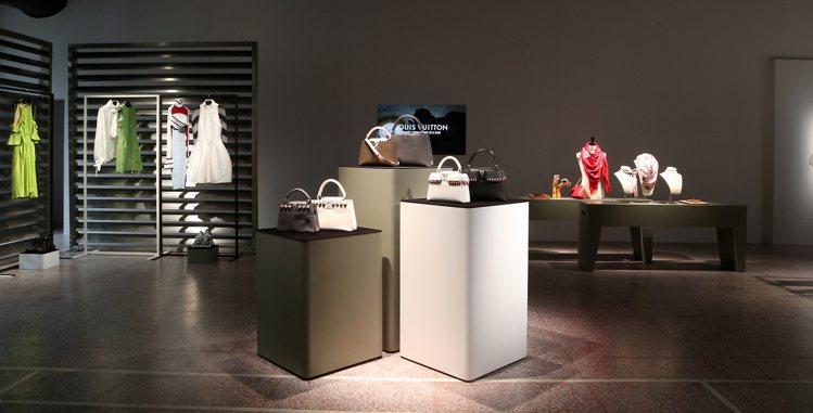 路易威登發表2018春夏女裝系列,經典包款以流蘇皮革和立體花卉展現新風貌。圖/記...