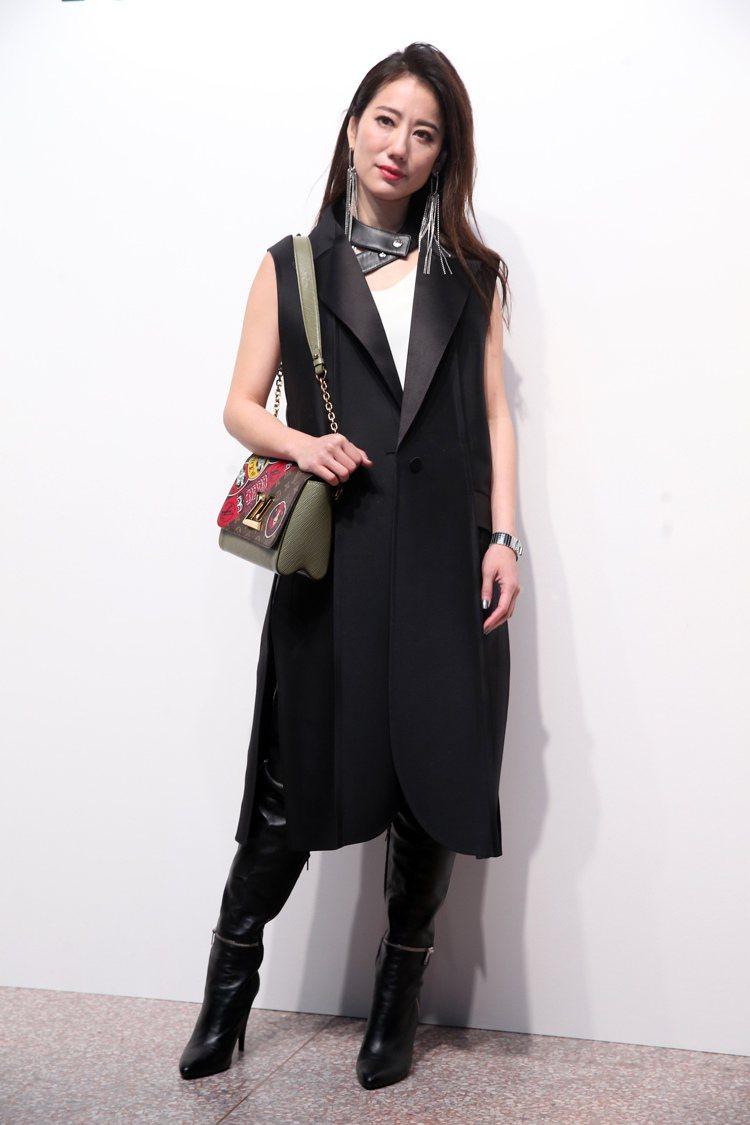 盧南君身穿黑色長版背心表現龐克風,她笑說每次春夏發表都下雨已經冷習慣了。圖/記者...