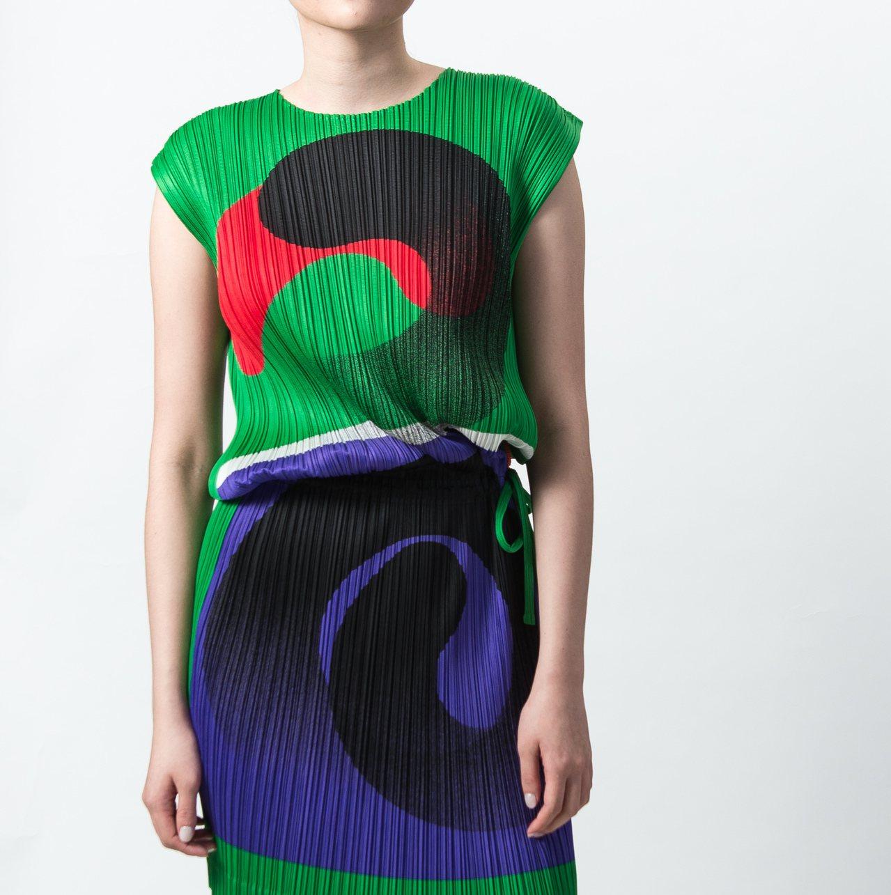 一光仕事腰抽繩包袖洋裝,售價19,300元。圖/ISSEY MIYAKE提供