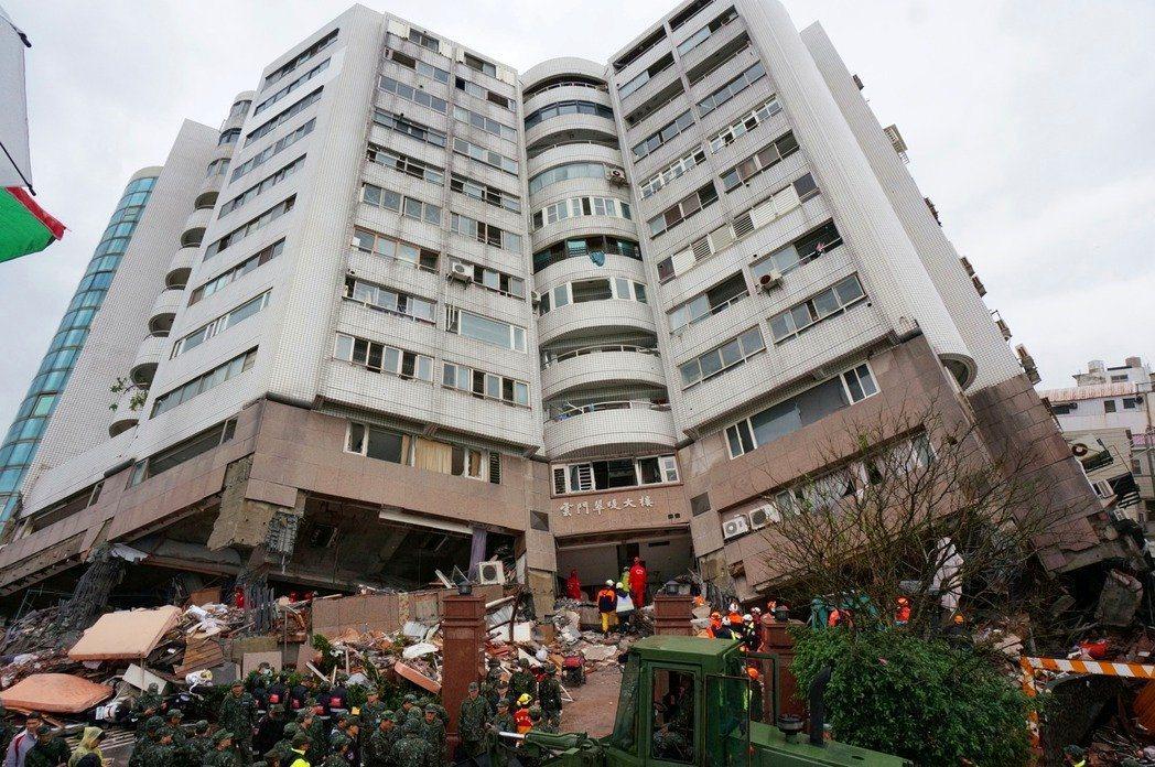 花蓮強震造成10死、272人受傷,還有建物倒塌及傾斜,災情十分嚴重,內政部長葉俊...
