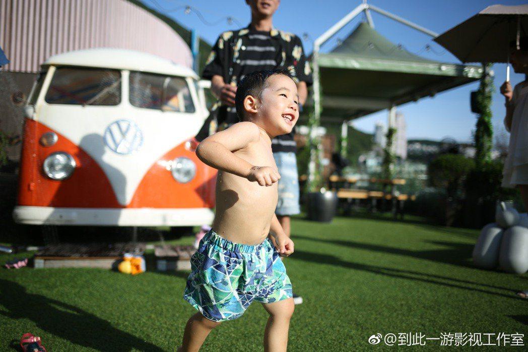 陳小春與應采兒分享兒子Jasper萌照,祝粉絲小年快樂。圖/摘自微博