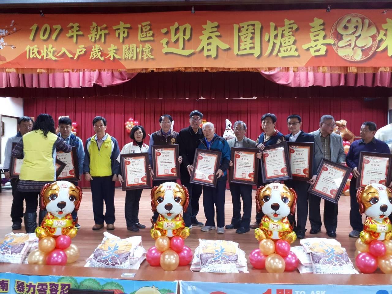 台南新市區公所辦理迎春圍爐,公所頒贈感謝狀感謝善心者付出。記者謝進盛/攝影
