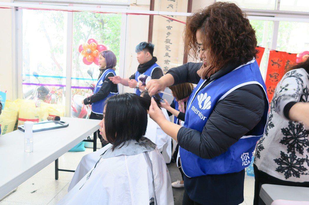 曼都美髮到場義剪,幫弱勢者剪髮迎接新年。記者謝進盛/攝影