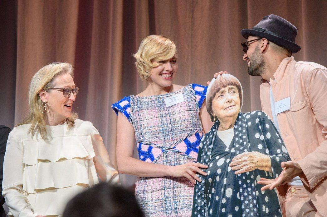 梅莉史翠普與「淑女鳥」導演葛莉塔潔薇都樂於和安妮華達的立牌合影。圖/海鵬提供