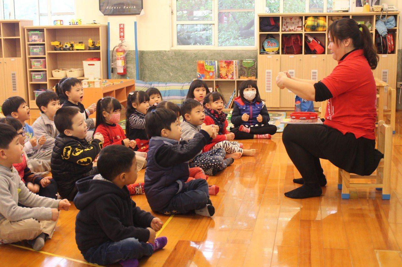 嘉義市第2家銀河非營利幼兒園昨天揭牌,因私立服務、公立收費,深受家長喜愛。 記者...