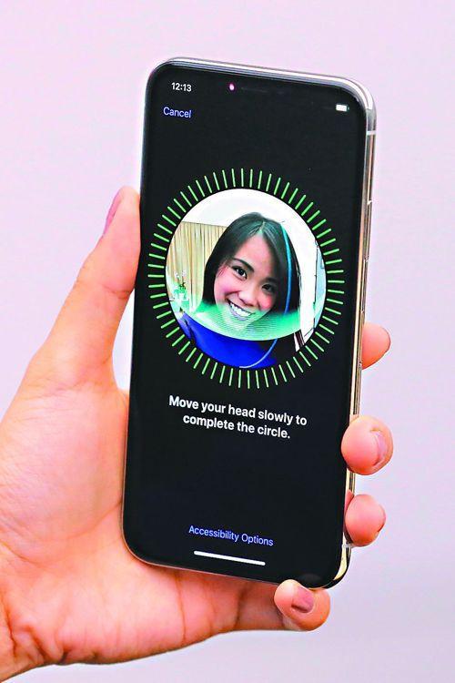 蘋果今年發表三款新iPhone,都將配備臉部辨識功能。 (路透)