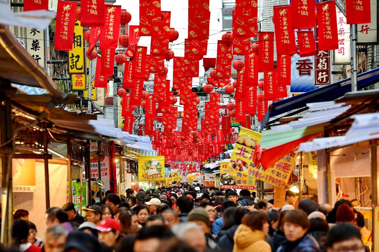 位於台北市迪化街的年貨大街。 新華社資料照片