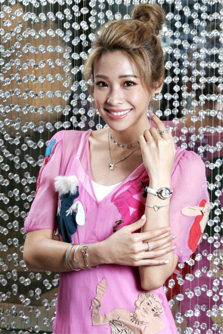 袁詠琳穿Moschino洋裝配戴施華洛世奇Little穿孔耳環3,990元、Li...