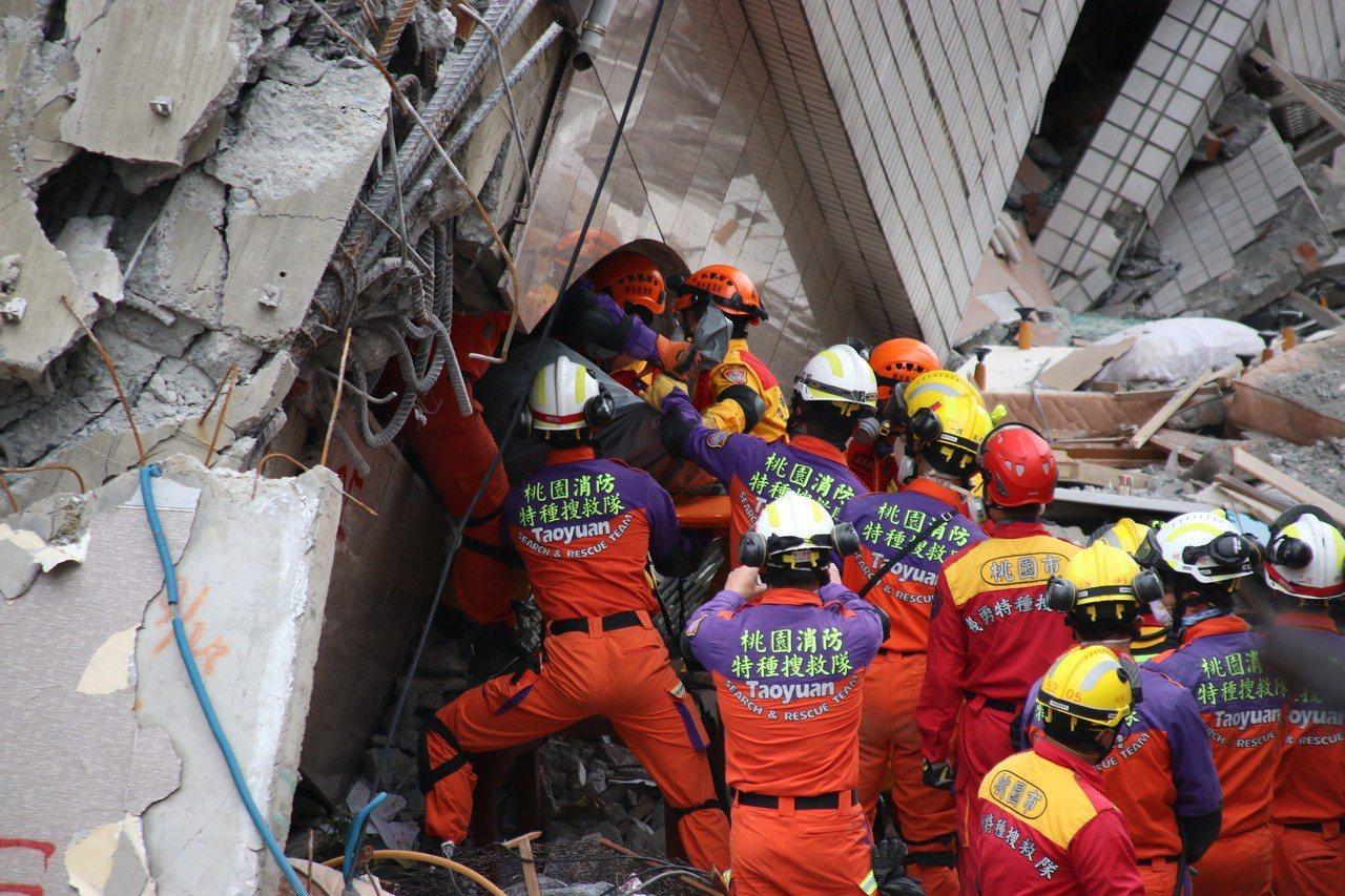 搜救人員搬運加國夫妻遺體。記者曾健祐/攝影