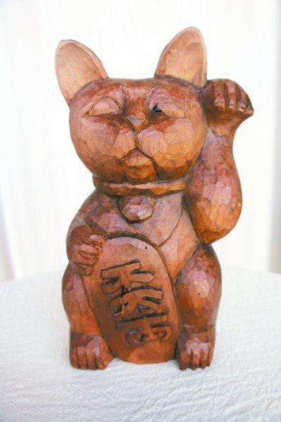 木頭雕刻的招財貓像上了年紀的老者。