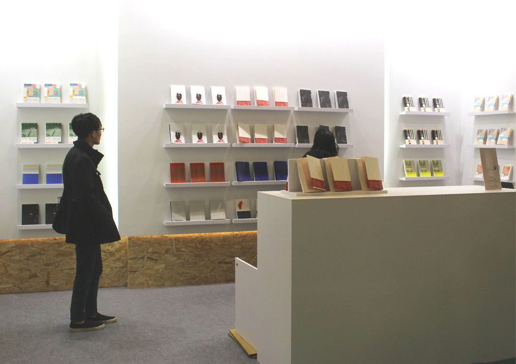 啟明出版社的攤位設計讓人想起蘋果旗艦店。 記者陳宛茜/攝影