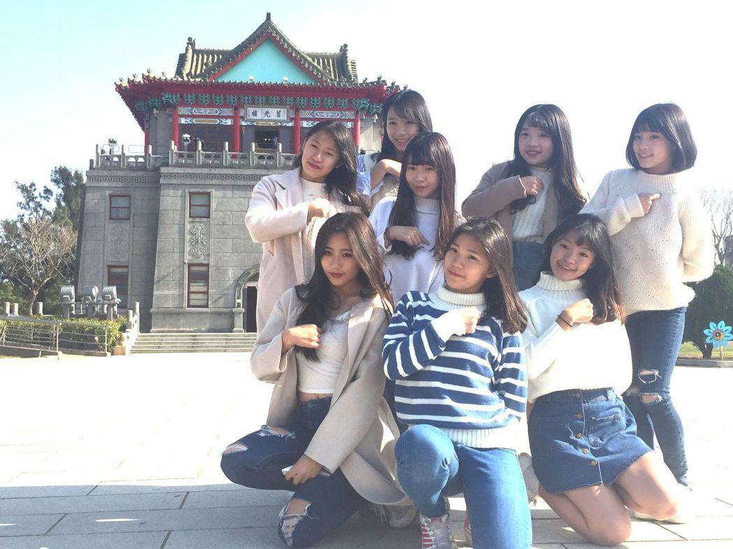 金門8名小女生在金門各知名景點熱舞,並拍攝成MV上網行銷,引起熱烈討論。 記...