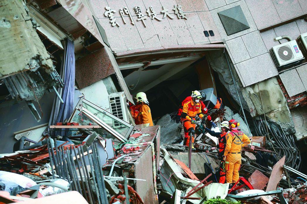 花蓮0206強震,導致雲門翠堤大樓倒塌,造成多人被埋與失聯,消防救災人員連日積極...