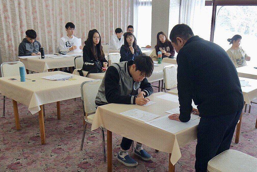 明新科大服務學院學生前往日本研習,安排日本溫泉旅館主管模擬面試活動。 明新科大/...