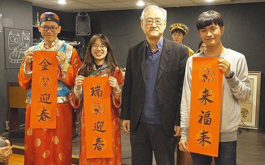 中央大學副校長李光華(右二)到場參與境外生春節聚餐活動,與學生互動熱烈。 中央大...