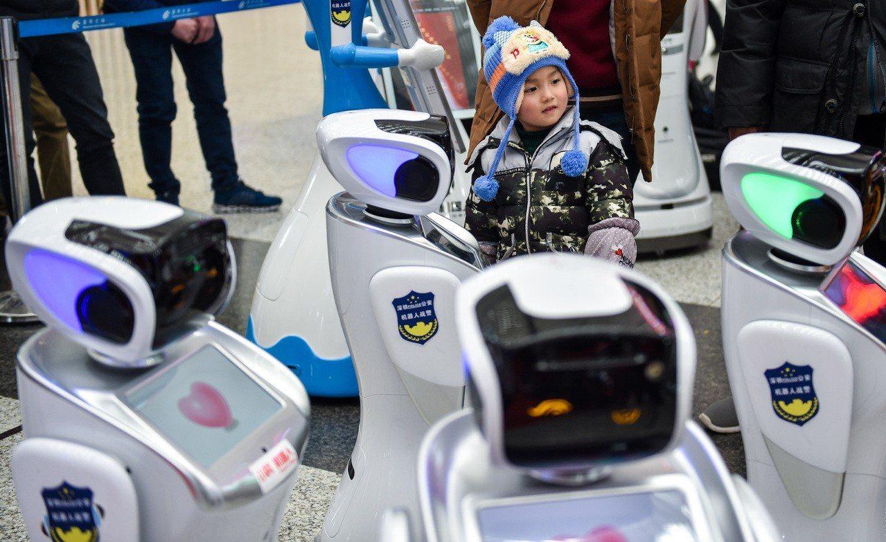 20台「機器人戰警」近日進駐深圳北站高鐵站,用於協助維護春節交通秩序。 新華社