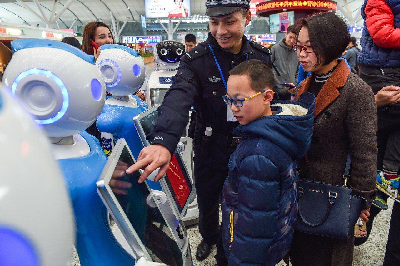 市民蔡女士和孩子與機器人「艾娃」互動,體驗機器人的諮詢功能。 新華社