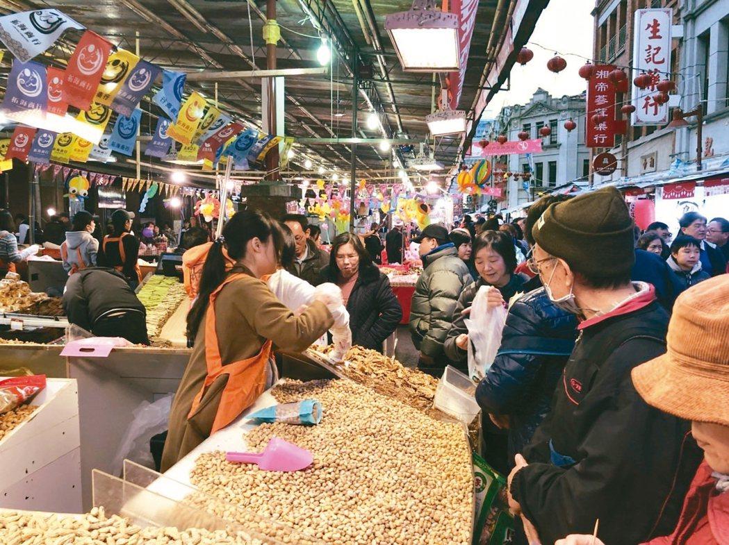 天冷買氣更冷,受到天候影響,台北市年貨大街近日來買氣和往年相比,至少下滑5成左右...