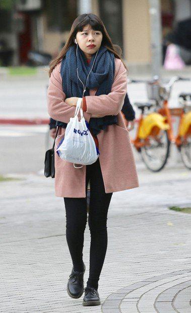 圖為民眾出門穿著厚外套禦寒。聯合報系 資料照/記者林伯東攝影