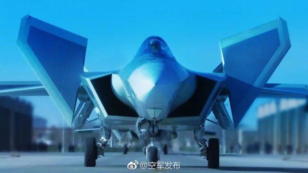 中國自主研製的新一代隱身戰機殲20,開始列裝空軍作戰部隊,向全面形成作戰能力邁出...