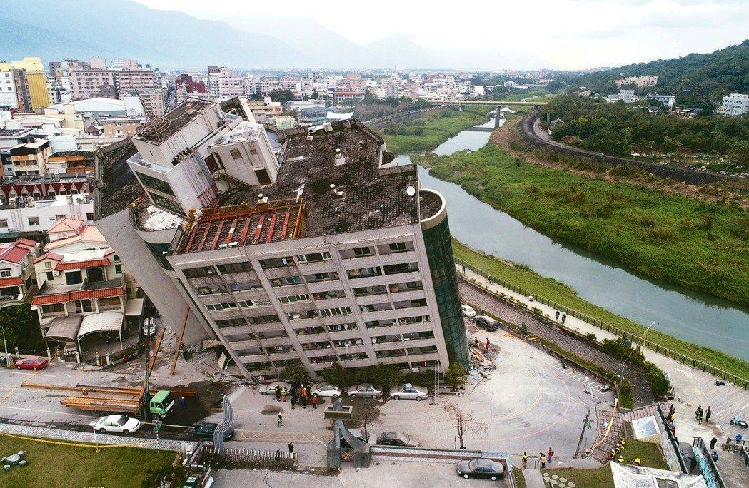 花蓮強震,花蓮市中心商校街2號的雲門翠堤大樓嚴重傾斜,雲門翠堤大樓右側為美崙溪。...