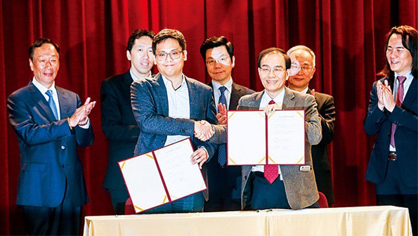 鴻海與華人界AI新創代表簽署合作協議,郭台銘(左1)說,100億美元也可以,只要...