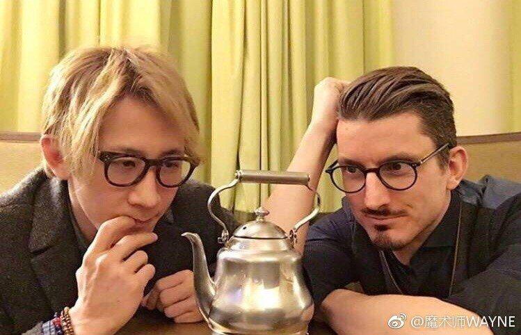 劉謙(左)與知名魔術道具發明師Wolfgang Moser研發魔術道具。 圖/擷...