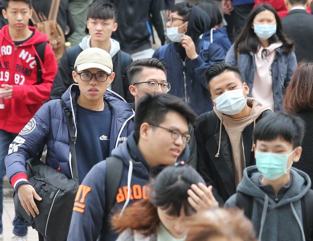 107年學測考生戴著口罩穿著厚外套,寒風中拚金榜。聯合報系資料照/記者鄭清元攝影