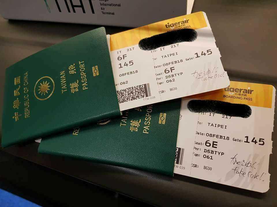 一位網友分享,在東京羽田機場辦理登機欲飛回台北,當地地勤人員在登機證上留言「加油...