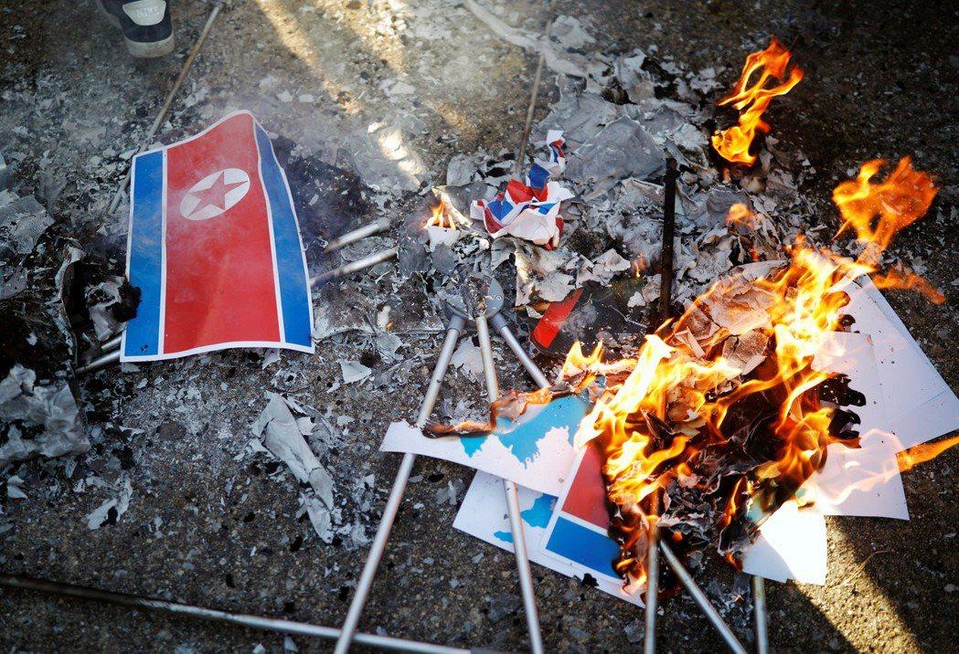 根據最新民調,約四成贊成共舉半島旗,約五成反對,保守陣營更對朝鮮國旗「人共旗」出...