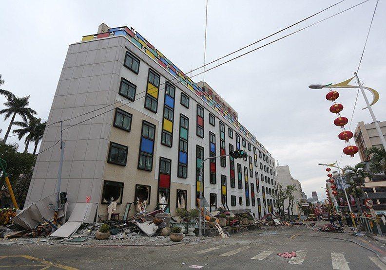 外牆彩色格一直是統帥的印象,在這次花蓮強震後拆除,也成絕響。圖/遠見提供