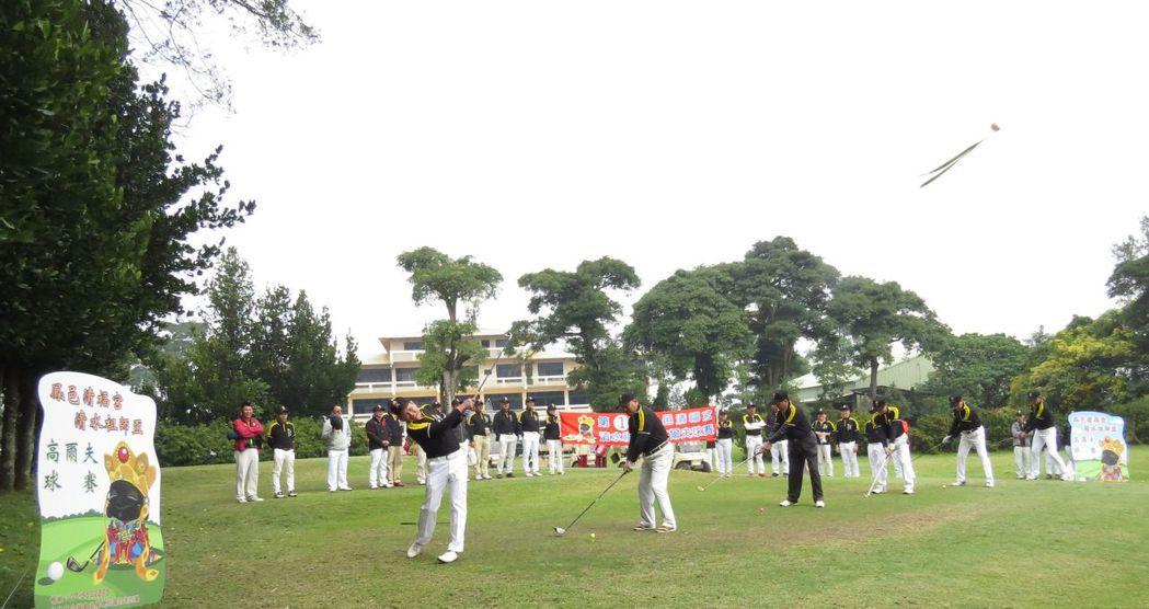第一屆鳳邑清福宮清水祖師盃高爾夫球賽開球,象徵比賽正式開始。 李福忠/攝影