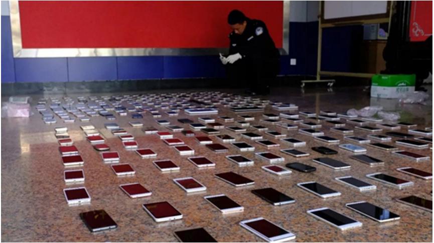 大陸昆明近來多傳扒手組織集體做案,主要在城市公車站牌等地方偷竊手機,警方成功在今...