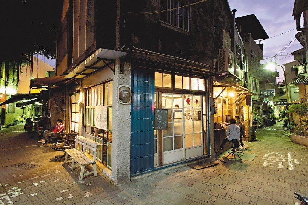 有些老屋修復者藉由巧思,將老屋改造成咖啡店、文創店、展演空間的經營,形成吸引外地...