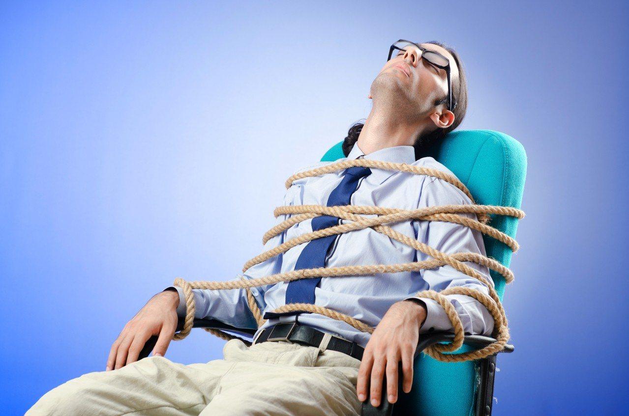 日本研究發現若每月加班超過60小時,幸福感會上升,對公司的好感度也會增加。圖/i...