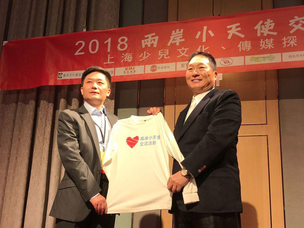 東森基金會創辦人王令麟(右)代表致贈愛心T恤作為見面禮。項家麟/攝影