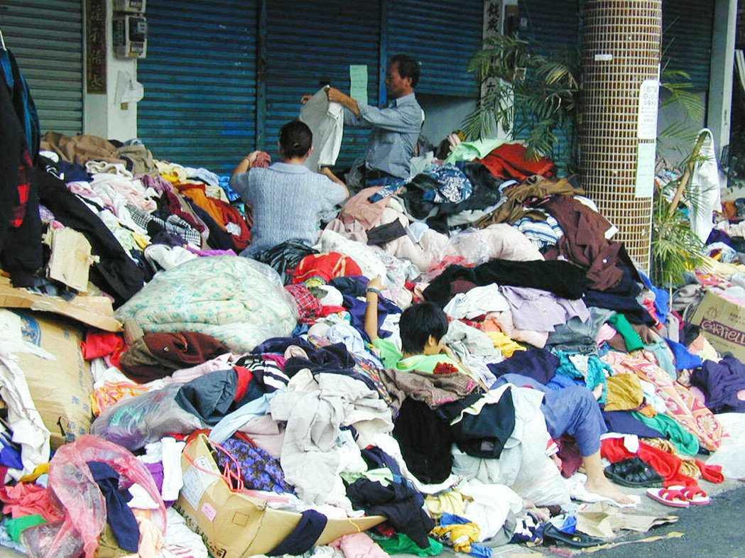 921賑災物資中,「二手」的衣物不受災民青睞,堆積如山,災區重建委員會乾脆放置騎...