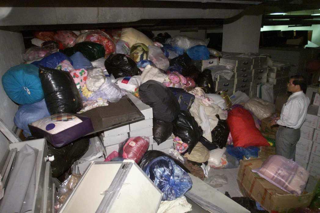 921地震後,台北市民捐給災民的棉被等賑災物資在信義區公所地下室堆成一堆。 圖/...