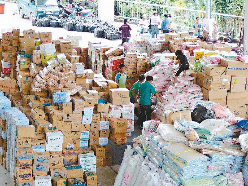 八八風災各方送進災區的物資堆積如山。 圖/聯合報系資料照片