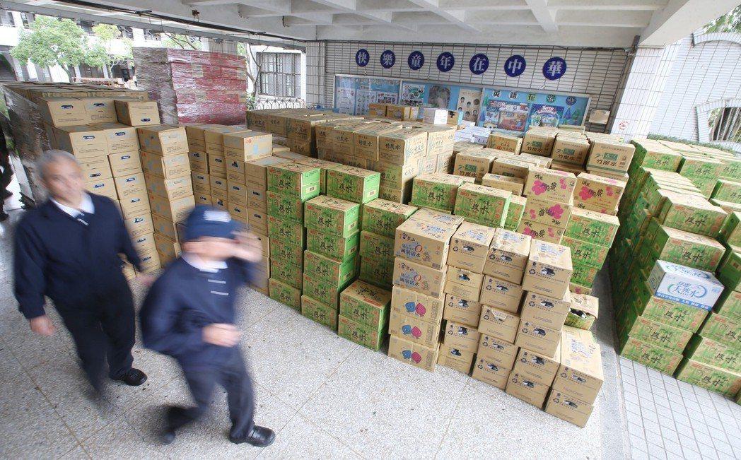 0206花蓮強震造成多棟大樓傾斜倒塌,造成許多家庭無家可歸,各界發揮愛心捐贈物資...