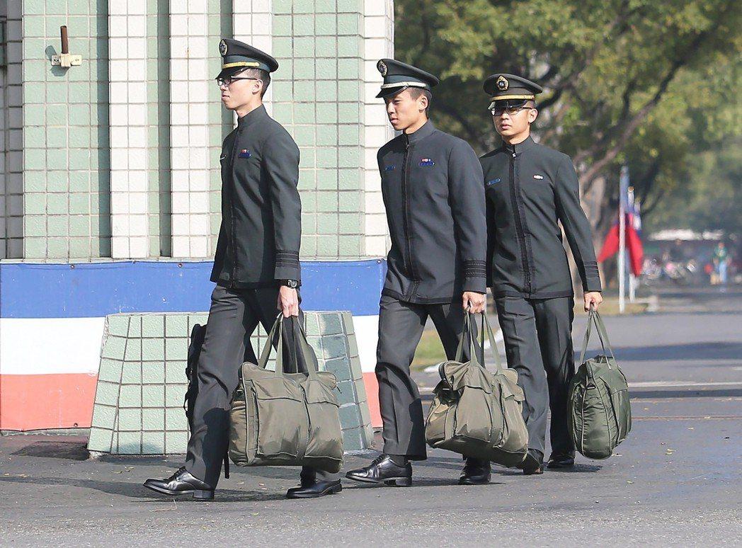 國軍基層部隊初官嚴重缺乏,國防部有意全面檢討官校教育,打算從原本的四年學制改為兩...