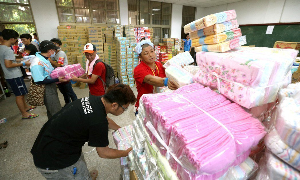 高雄氣爆後,許多民間捐贈的物資湧入災區,卻也傳出非災民固定去領物資,被志工認出是...