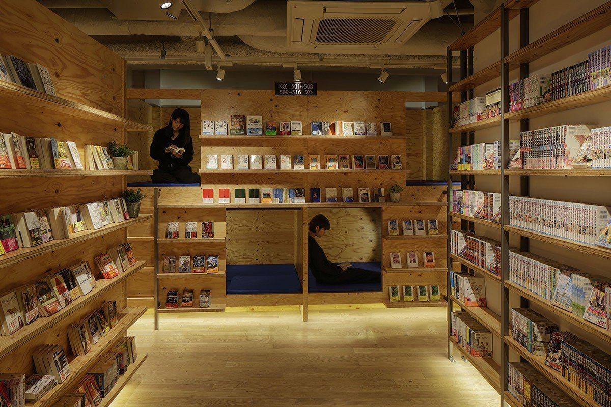 入床洞內,拉上窗簾,就是一個完美的書店私密空間。