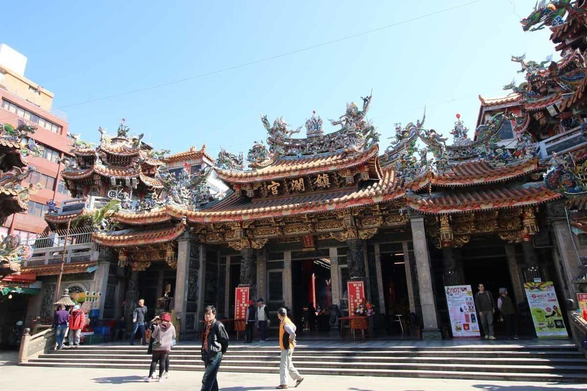 來到廟埕前,雕梁畫棟的鎮瀾宮建築呈現出巍峨莊嚴的氣氛。