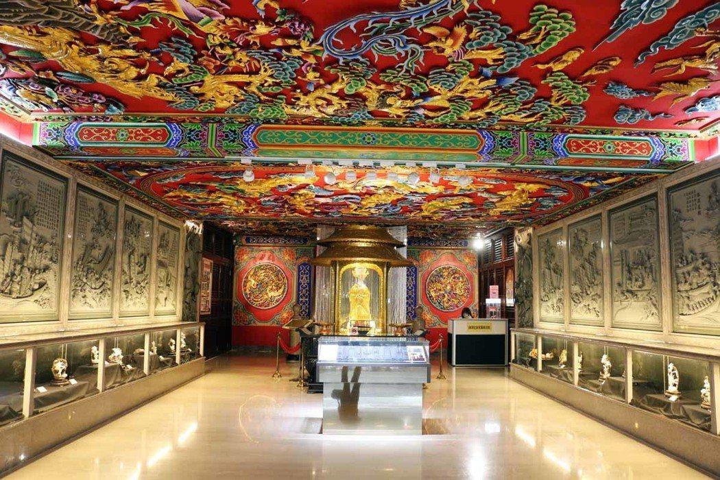 媽祖文化廳內真人尺寸的金媽祖神像,是以信徒還願的金牌耗時一年打造。