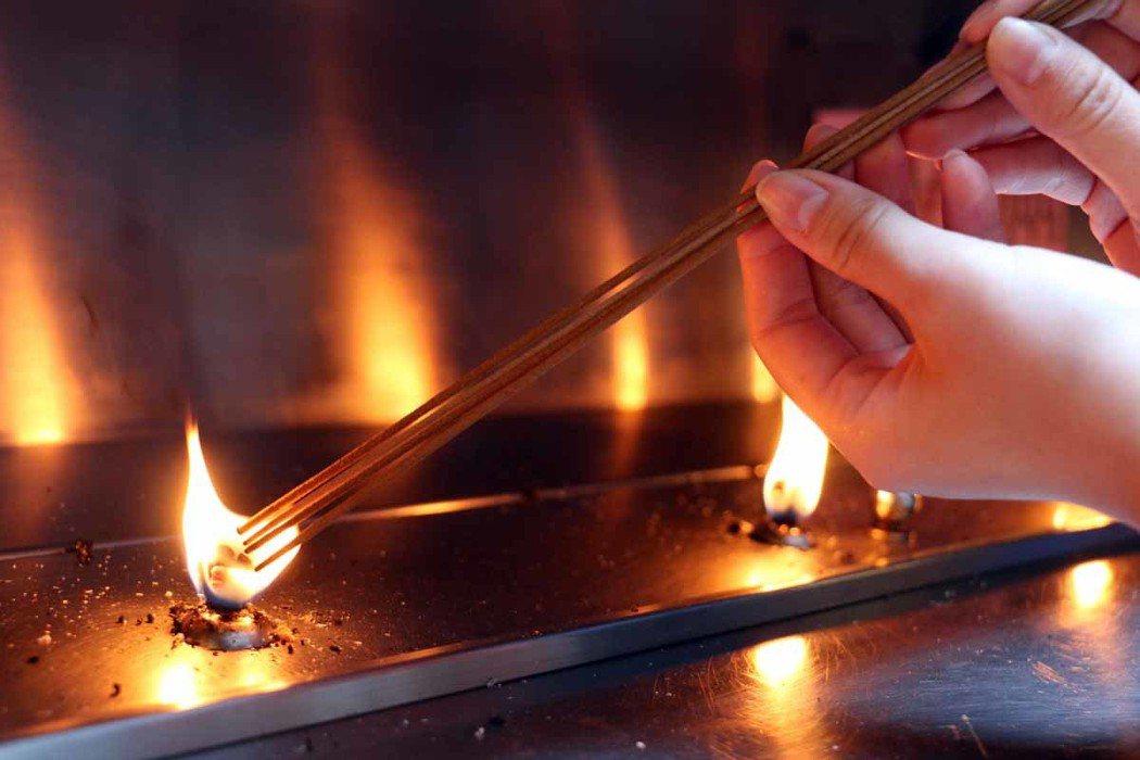 務必讓四柱香平均點燃以免中途熄滅。
