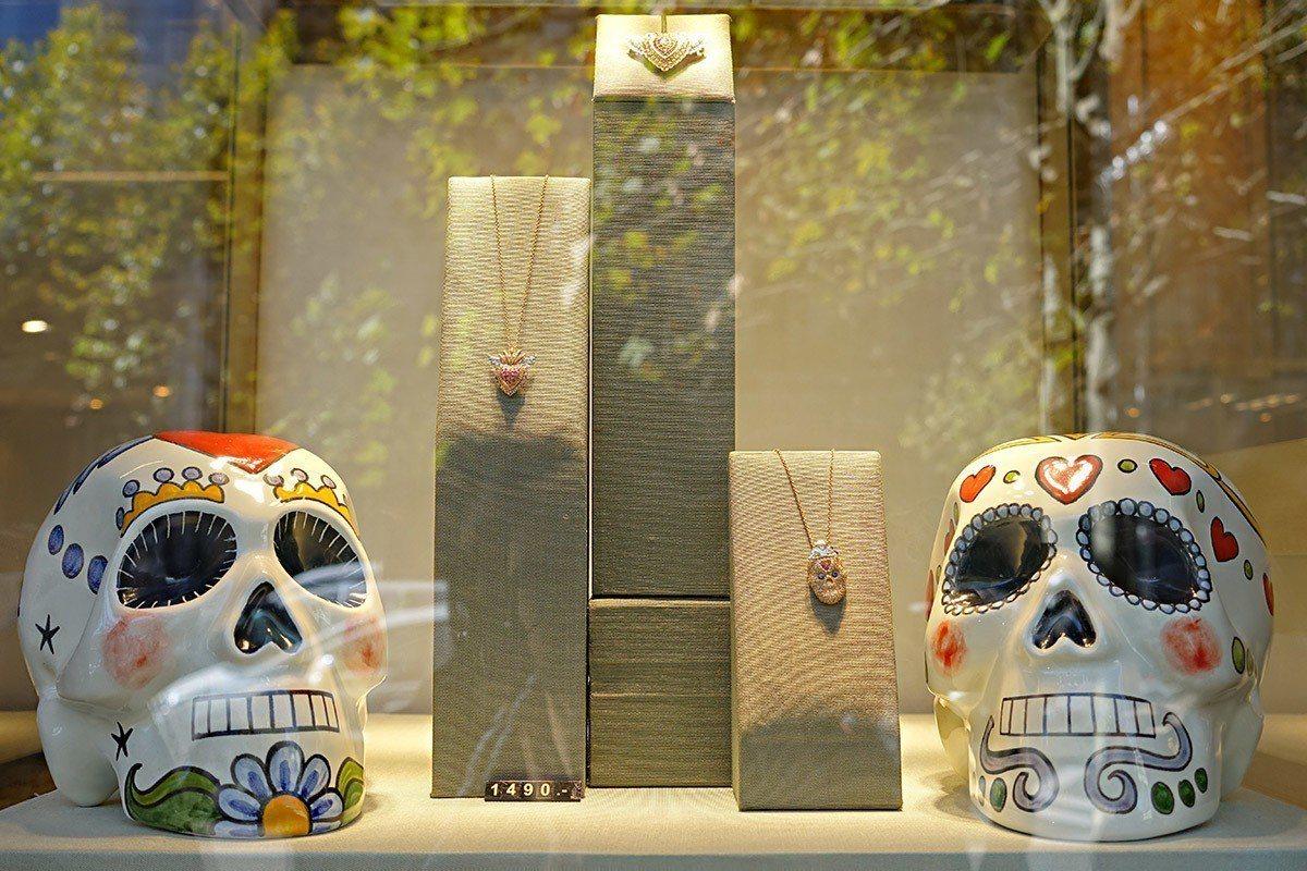 位在Serrano街的SUAREZ形象店除展示有齊全的自有設計珠寶,並有完善的P...